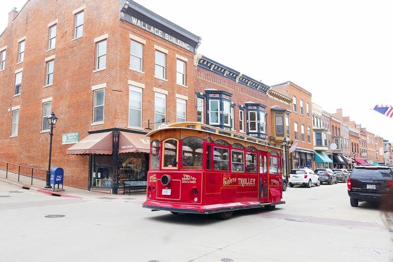 街並み レトロな赤いバス