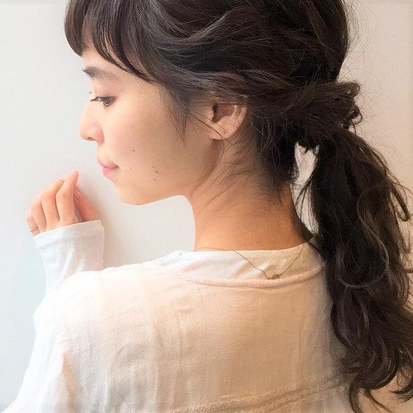 巻き髪×ひとつ結びヘア