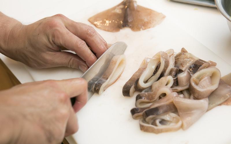 スルメイカを捌いて食べやすい大きさに切る