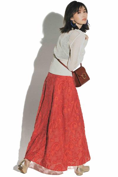赤ロングスカート×白ニット