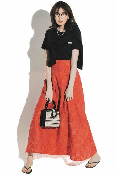 オレンジマキシスカート×黒Tシャツ×ビーチサンダル