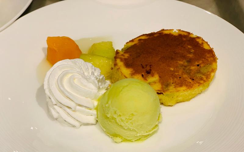 メロンの果汁と果肉の入ったパンケーキ