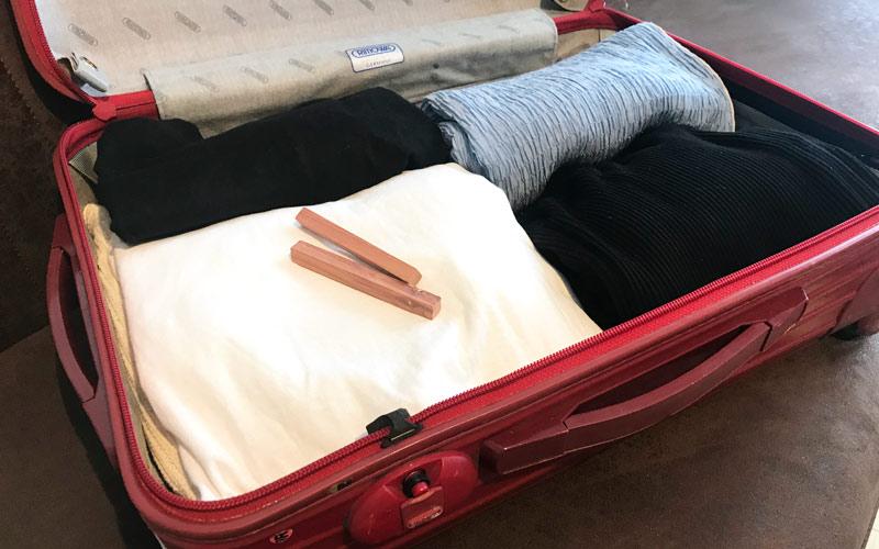 【無印良品】レッドシダーブロック スーツケースの中に