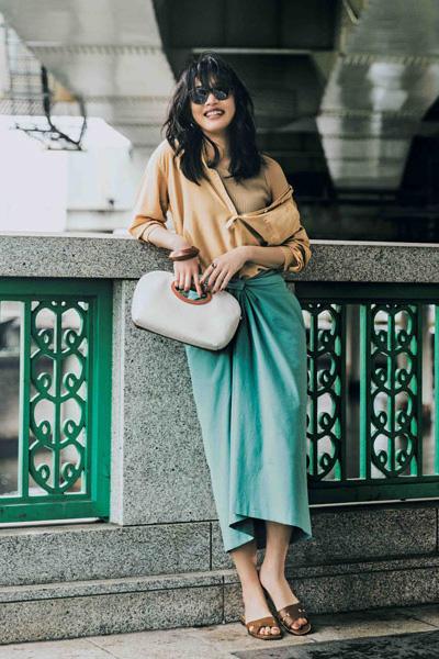 ベージュシャツ×ミント色スカート