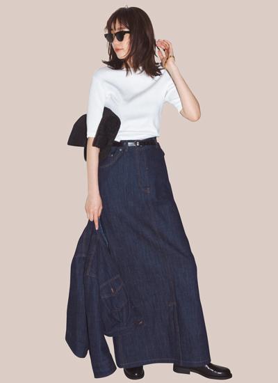 デニムロングスカート×白トップス×デニムジャケットのモードコーデ