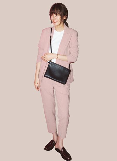 ピンクスーツ×白Tシャツ