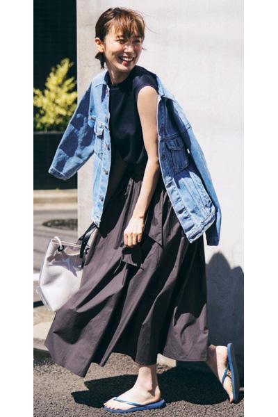 黒ロングフレアスカート×ノースリーブTシャツ×ビーサン