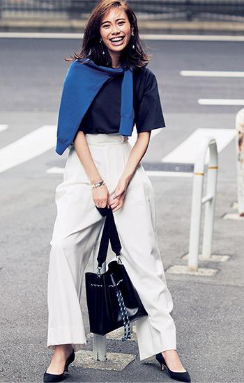 ロイヤルブルーが映えるTシャツ通勤スタイル