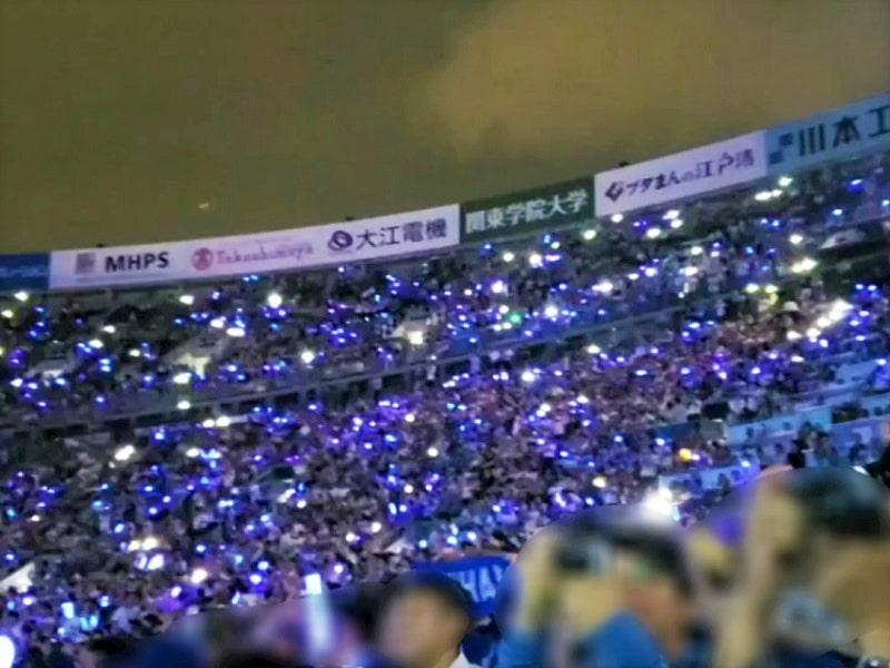 ペンライトとスマホのライトで座席が青と白の光の海に