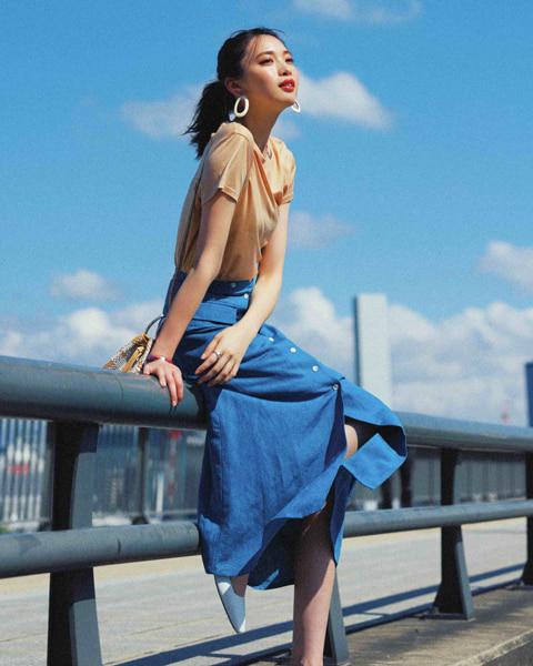 クルーネックT × リネン風スカート