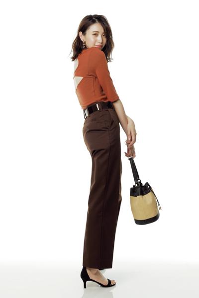[Style02]テラコッタ×ブラウンのワントーンは大胆な背中見せで抜け感を