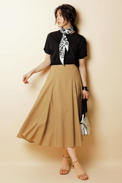 スカーフ×黒Tシャツ×ベージュフレアスカート