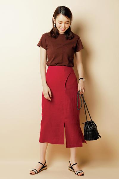 夏らしいピンクスカートを主役に。ブラウンTシャツでグラデーション配色