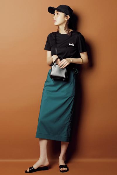 【1】黒キャップ×黒サンダル×黒Tシャツ×グリーンタイトスカート