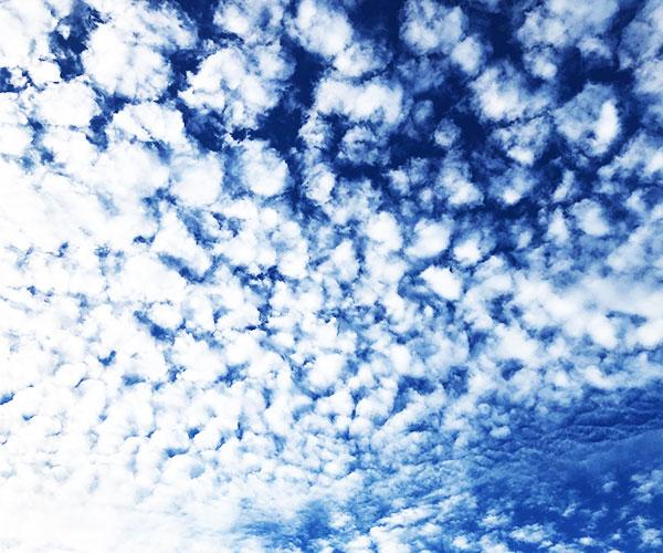 青空に秋らしい雲