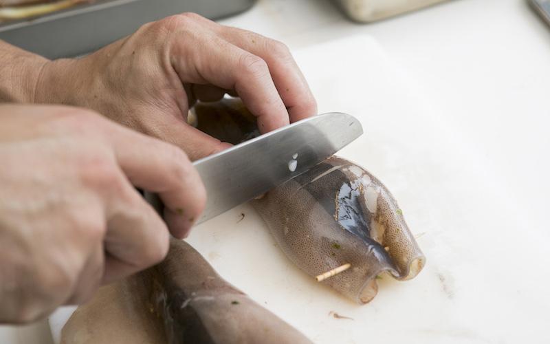 飾り包丁を入れたスルメイカの胴体に詰める