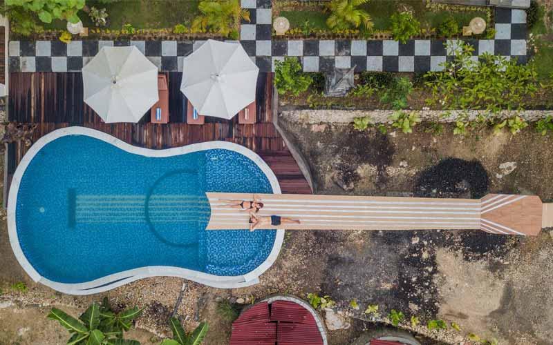 ギター形のプール