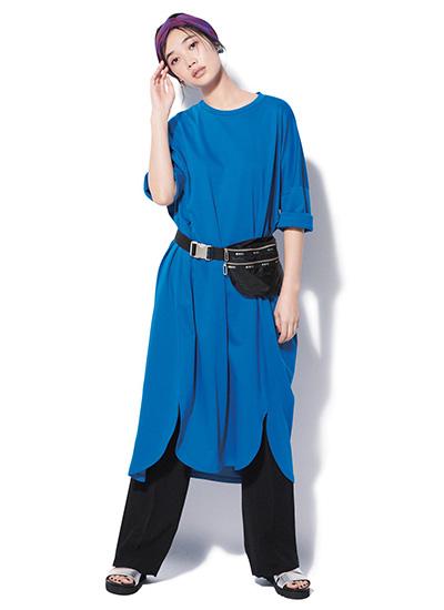 ボディバッグ×ブルーワンピース×黒パンツ