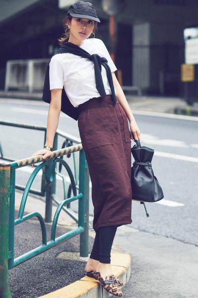 黒レギンス×ブラウンタイトスカート×白Tシャツ