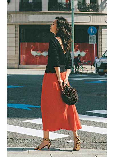 黒カットソー×レッドスカート