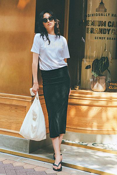 白Tシャツ×黒ベロアタイトスカート