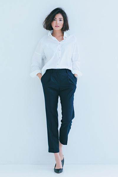 【3】白シャツ×黒パンツ