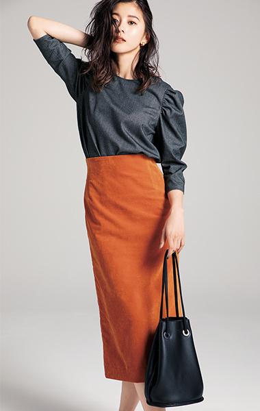 「チャコールグレー×オレンジ」をセットで着て