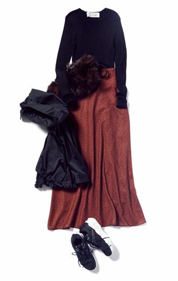 黒トップス×花柄マキシ丈スカート