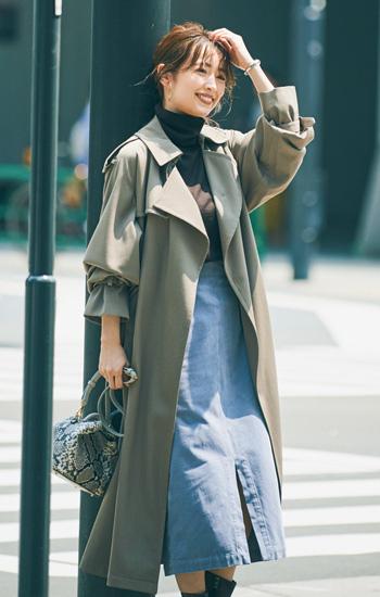 グレージュトレンチコート×くすみブルーのタイトスカート