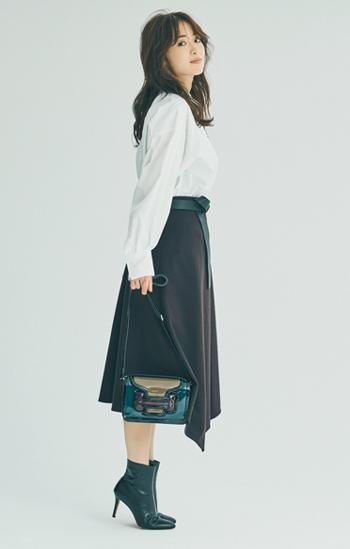 黒ショートブーツ×白ノーカラーシャツ×ブラウンフレアスカート