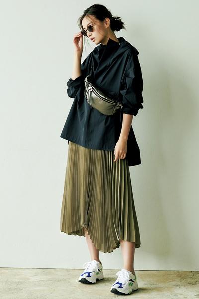 【3】黒パーカ×カーキプリーツスカート