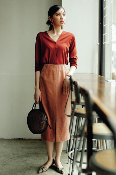 赤Vネックニットカーディガン×くすみピンクのタイトスカート