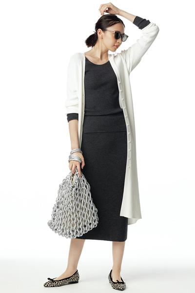 白ロングカーディガン×黒ニット×黒ニットタイトスカート
