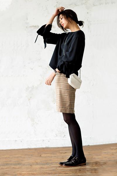 黒ブラウス×チェック柄ミニスカート