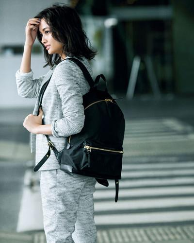 淡いグレーのパンツスーツ×黒リュック
