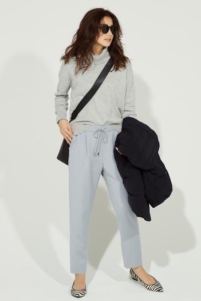 グレータートルセーター×水色パンツ