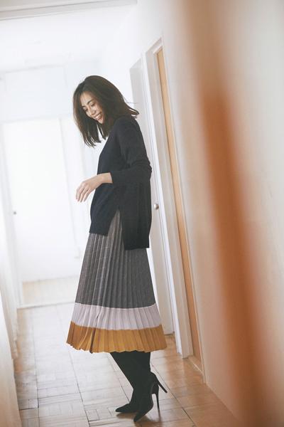 黒トップス×3色のプリーツスカート