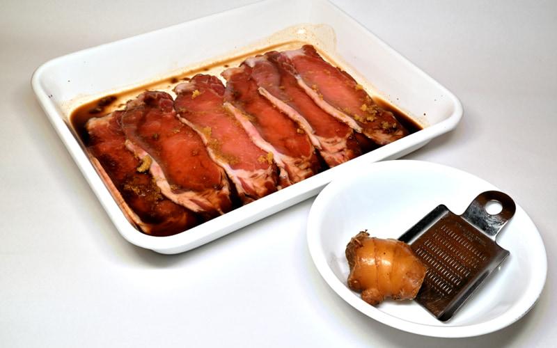 タレの中にお肉を30分ほど浸す