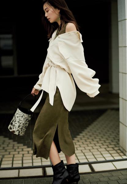 カーキワンピース×白シャツジャケット