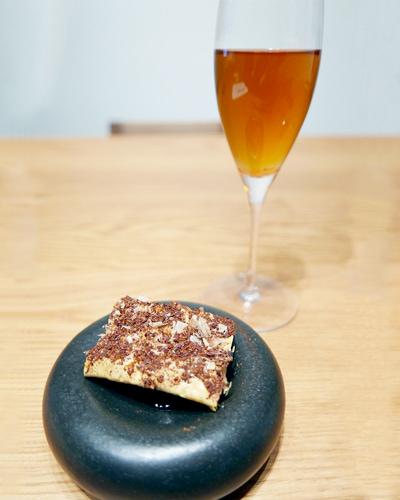 湯葉のフライ、鰹節とブリューイングチョコと共に/ティー:京都一保堂のいり番茶