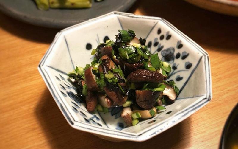 焼椎茸とニラの酢物