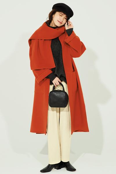 黒キャップ×グレーニット×白パンツ×赤コート