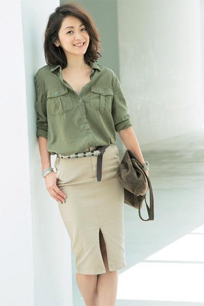 ミリタリーシャツ×ベージュスカート