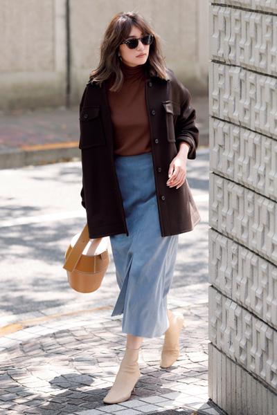 くすみブルーの台形スカート×赤みブラウンコート