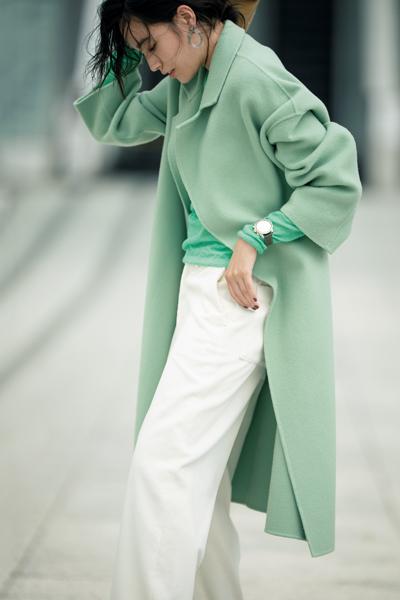 白パンツ×グリーンニット×パステルカラーコート