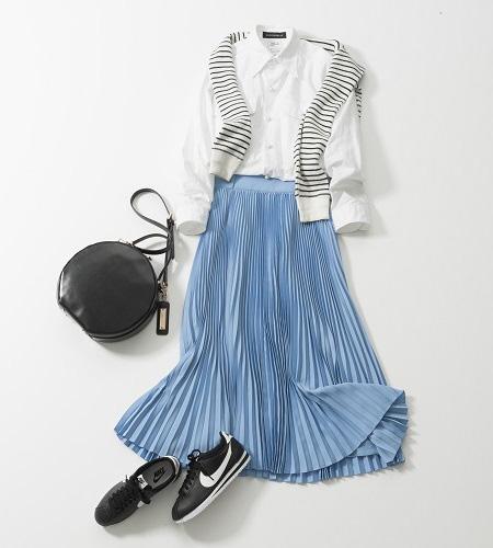 ナイキのスニーカー×白シャツ×水色プリーツスカート