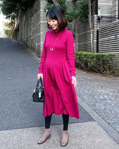 【4】ピンクのユニクロ3Dワンピース×黒タイツ