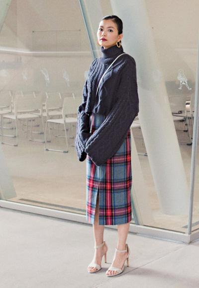 個性派オーセンティックなセーターはハイウエストのスカートを合わせて