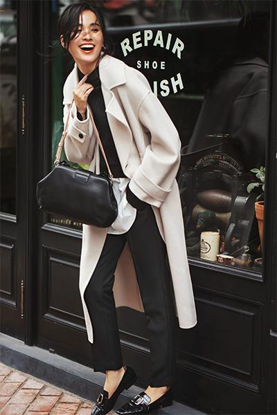 白コート×黒ニット×黒パンツ