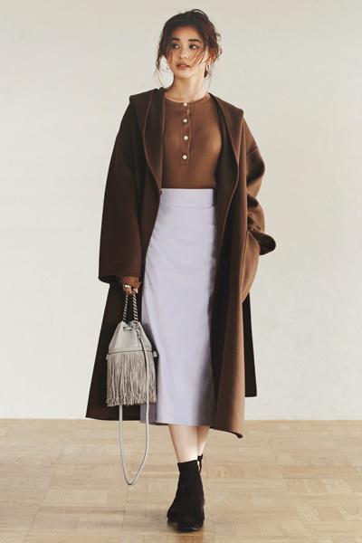 ブラウンのヘンリーネックニット×きれい色スカート×ブラウンコート